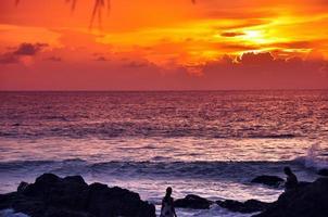 pôr do sol praia patong foto