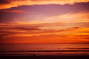 pôr do sol praia avermelhada foto