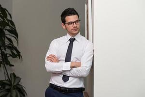 retrato de homem de negócios jovem no escritório