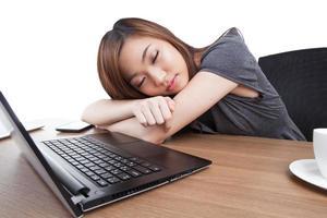 mulher de negócios jovem dormindo no local de trabalho foto