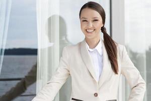 retrato de mulher de negócios feliz em pé foto