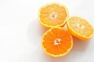 laranjas de tangerina, isoladas no branco foto