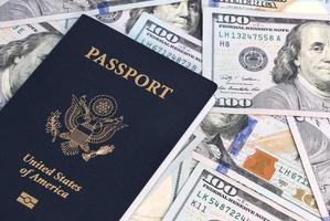 passaporte e dinheiro foto