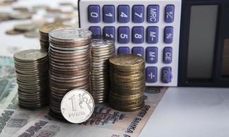 pilhas de rublos russos com calculadora foto