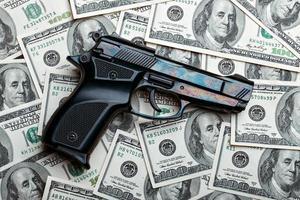 dinheiro e gun.dollars foto