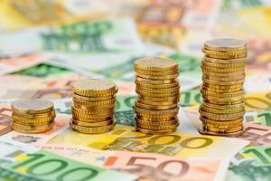 pilha de dinheiro moedas subindo curva foto