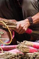 mãos fazendo pincéis, kathmandu, nepal foto
