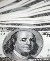 pilha de dinheiro notas de 100 dólares foto
