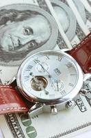 dinheiro americano e relógio de pulso foto