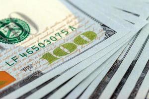 pilha de notas de cem dólares close-up foto