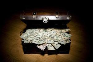 baú do tesouro com dinheiro foto