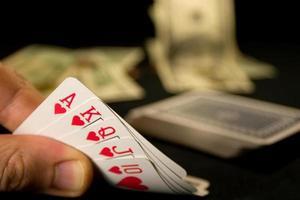 jogo de cartas e dinheiro foto