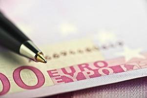 caneta sobre o dinheiro foto