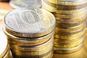 pilhas de moedas de rublo foto