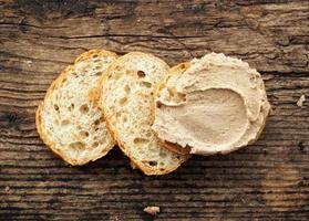 pão com patê de fígado foto