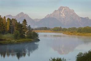 reflexões de manhã no rio snake, parque nacional de teton, wyoming