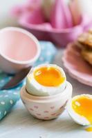ovo de pato azul cozido aberto com gema mole foto