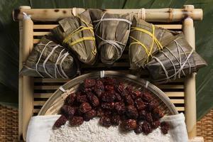 zongzi chinês (bolinho de arroz) e ingredientes