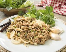 comida tailandesa / salada de pato picante