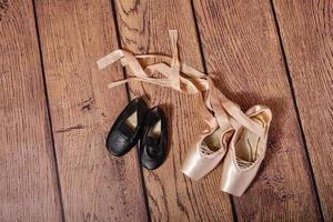 sapatos de ginástica e sapatilhas de balé. foto