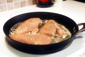 cozinhar frango desossado foto