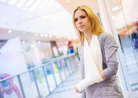 mulher com braço quebrado