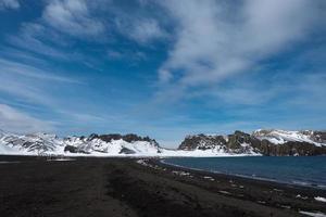 a praia de areia vulcânica negra na ilha deception