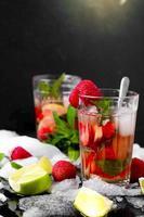 bebida refrescante de verão com morango foto