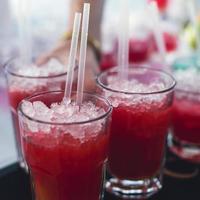 linha de diferentes coquetéis alcoólicos na festa noturna ao ar livre do evento foto