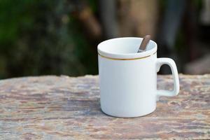 xícara de café na madeira