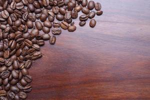 grãos de café frescos na madeira