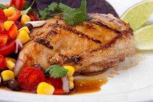 peito de frango grelhado com guarnição de tomate e milho