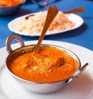 tigela de metal masala de frango indiano foto