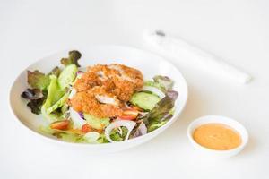 salada de frango frito com tomate, pepino e cebola. foto