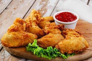 asas de frango frito em massa foto