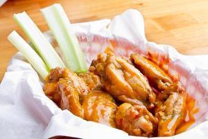 cesta de asas de frango foto