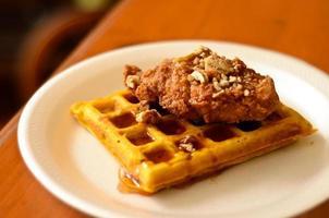 frango e waffles foto