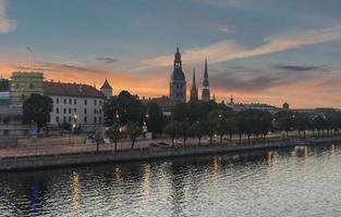 Ver os na antiga riga ao pôr do sol, Letónia, Europa foto