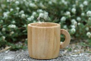 café da manhã com copo de madeira. foto
