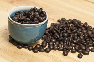 feijão de café sobre fundo de madeira. foto