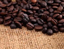 grãos de café em tecido de serapilheira foto