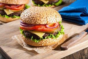 hambúrgueres em cima da mesa foto