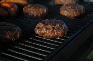 hambúrgueres e salsichas quentes foto