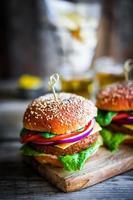 hambúrgueres caseiros em fundo de madeira rústico foto