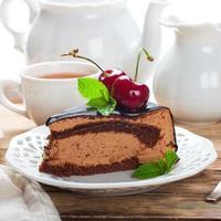 fatia de bolo delicioso de mousse de chocolate foto