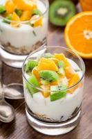 iogurte com cereais e frutas foto