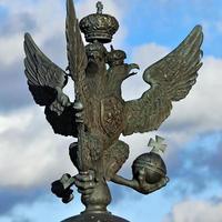 águia de duas cabeças em um fundo de céu azul foto