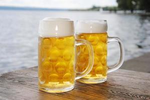 canecas de cerveja foto