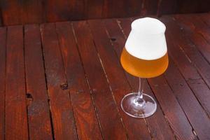 cerveja de trigo na madeira foto