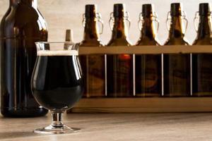 cerveja de vidro marrom, em cima da mesa